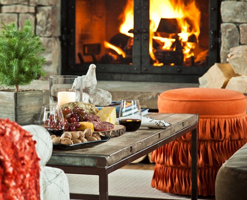 TCCGJH Shooting Star Cabin - Coffee table decor and a burning frireplace